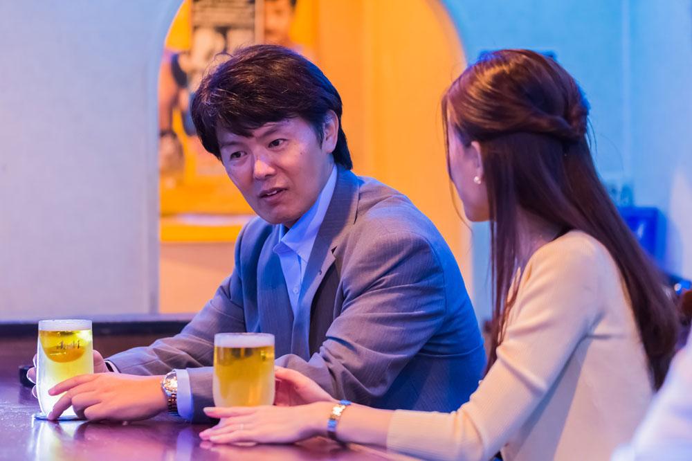 キャバクラでお酒を飲む夫