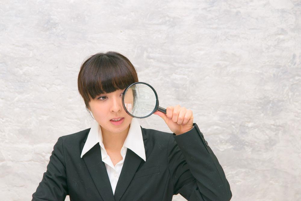 スマホアプリで浮気調査をする女性