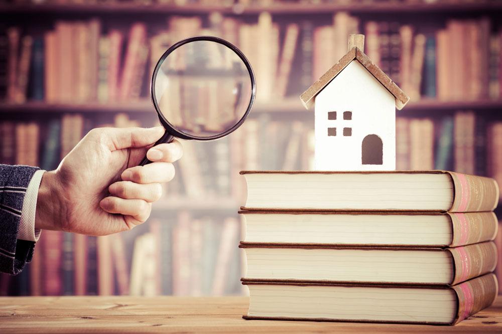盗聴器を発見しようと家を探す男性