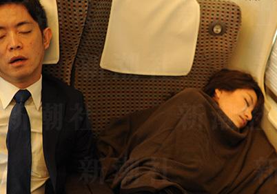 今井絵理子と橋本健の不倫写真(電車)